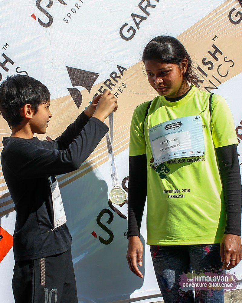 Kabir Gupta presenting the finishing medal to Vandana, a talented youngster from Uttarakhand